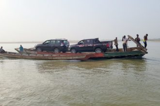 [Pictures] Tambuwal, aides ferried across River Benue