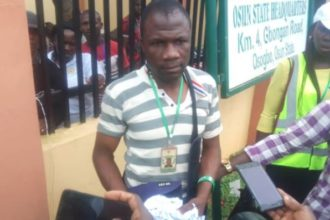 #OsunDecides2018: Party agents arrest INEC official for tearing controversial result sheets