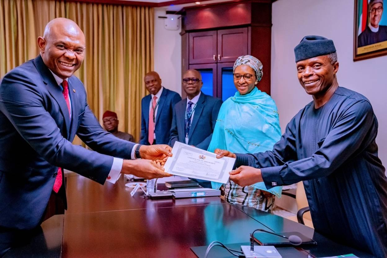 Photo of FG presents `certificate of discharge' to Transcorp