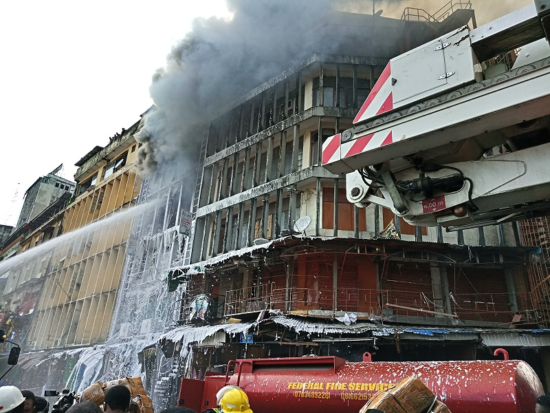 Photo of Policeman killed as burning building collapsed in Lagos Island