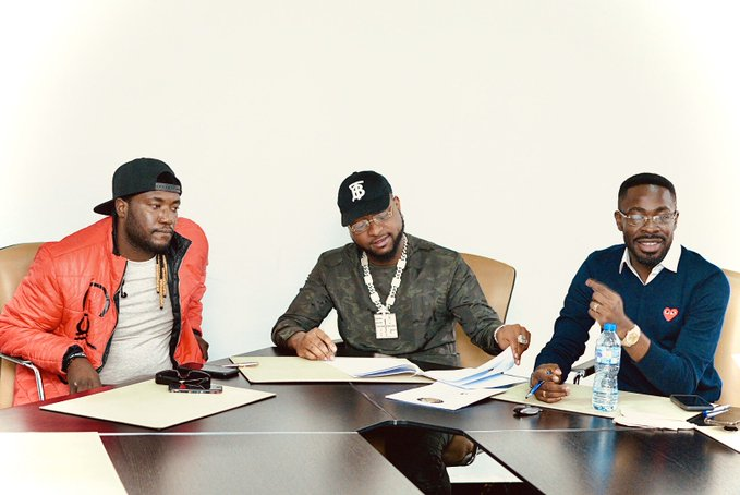 Photo of Photo: Davido signs new artist to DMW