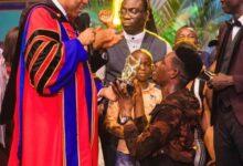 Photo of Photos: Oyakhilome splashes $100,000 on Moses Bliss for winning LIMA award