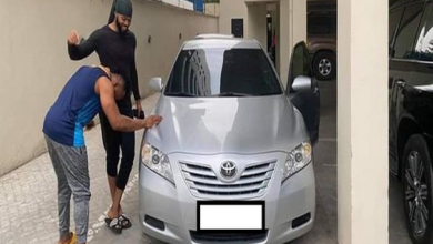 Photo of Photo: Nigeria singer, Flavour shocks childhood friend with car gift