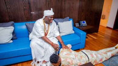 Photo of Gorgeous photos of Patoranking paying homage to Ooni Ogunwusi